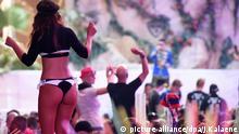 Zahlreiche Gäste feiern in der Partylocation Megapark am 08.05.2016 in S'Arenal (Spanien) an der Playa de Palma bei der Saison-Opening 2016. Foto: Jens Kalaene/dpa   Verwendung weltweit