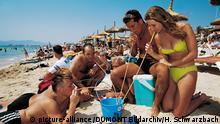 Typische Szene mit Sangria im Eimer und Strohhalmen am Strand von S¿Arenal in Palma de Mallorca.(Undatierte Aufnahme) | Verwendung weltweit