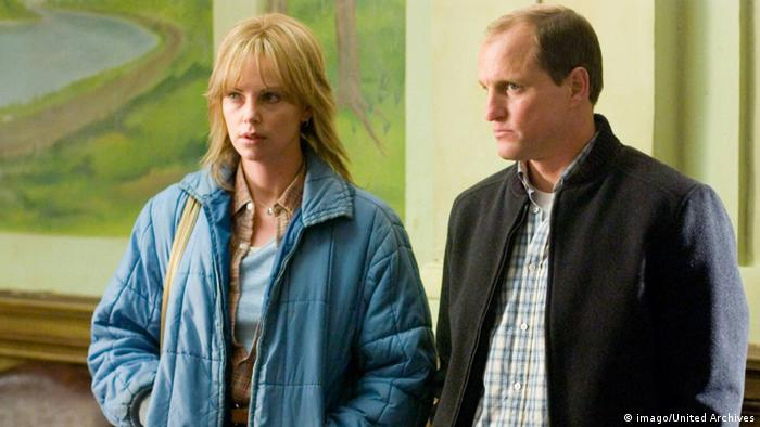 Charlize Theron und Woody Harrelson in Kaltes Land von 2005 (imago/United Archives)