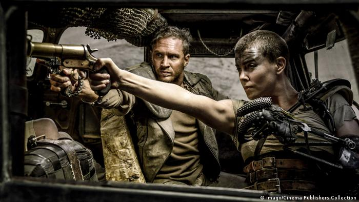 Charlize Theron and Tom Hardy in an action scene in Mad Max: Fury Road from 2015 (imago/Cinema Publishers Collection)