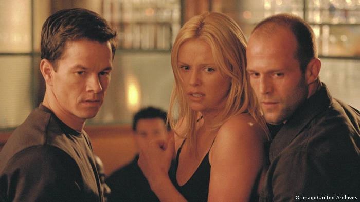 Charlize Theron mit Mark Wahlberg und Jason Statham in The Italian Job von 2003 (imago/United Archives)