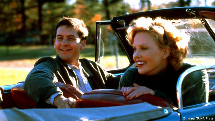 Charlize Theron and Tobey Maguire sitting in a car in the film The Cider House Rules from 1999 (imago/ZUMA Press)