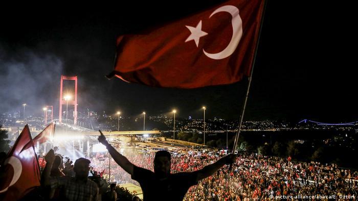 Празднование победы над путчистами на мосту через Босфор