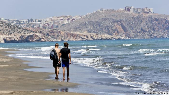 شاطئ مدينة الحسيمة.. شهدت المدينة احتجاجات في السنوات الأخيرة وارتفعت مطالب بعلاج مصابي السرطان