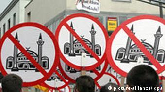 Symbolbild Demonstration gegen Moscheebau in Köln