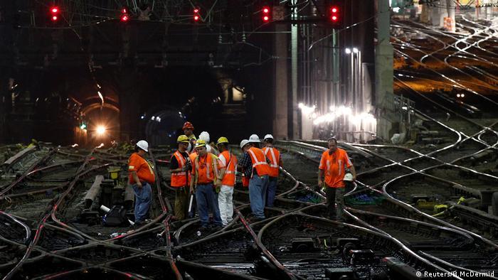 Operários trabalham na manutenção dos trilhos da Pennsylvania Station, em Nova York