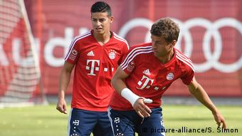 Fussball |Training FC Bayern Muenchen | Thomas Müller und James Rodriguez (picture-alliance/S. Simon)