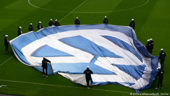 Logomarca da Volkswagen é estendida em gramado de estádio alemão