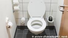 Blick in eine Toilette in einem Berliner Bürohaus. Foto: M. C. Hurek   Verwendung weltweit