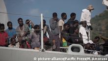 Italien Salerno Ankunft von Flüchtlingen