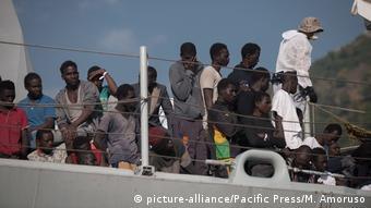 Italien Salerno Ankunft von Flüchtlingen (picture-alliance/Pacific Press/M. Amoruso)