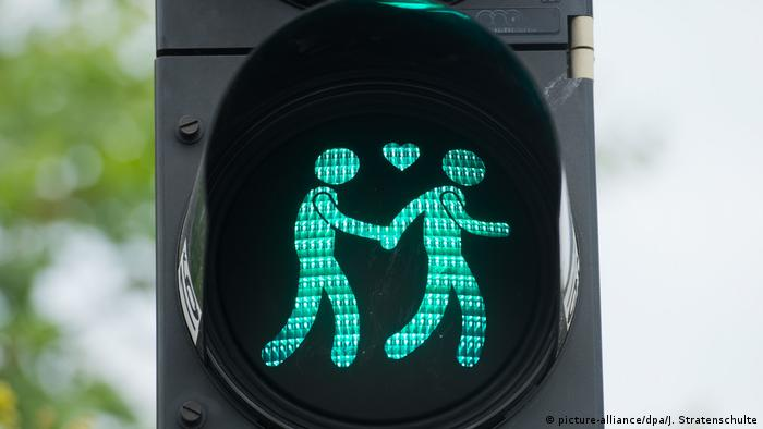 Traffic light men with heart (picture-alliance/dpa/J. Stratenschulte)