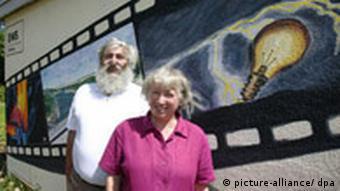 Ursula und Michael Sladek stehen auf einer Treppe vor dem EWS-Gebäude (Foto: dpa)