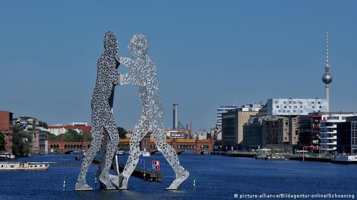 Deutschland | Skyline Berlin | Molecule Man Fernsehturm (picture-alliance/Bildagentur-online/Schoening)