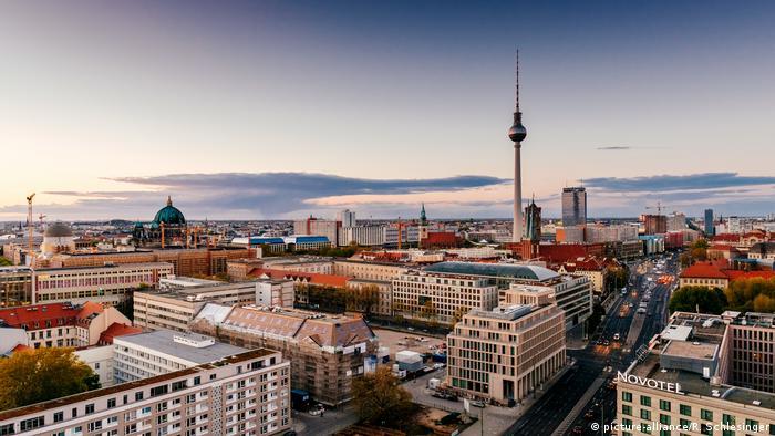 Deutschland | Skyline Berlin | Nikolaiviertel mit Fernsehturm (picture-alliance/R. Schlesinger)