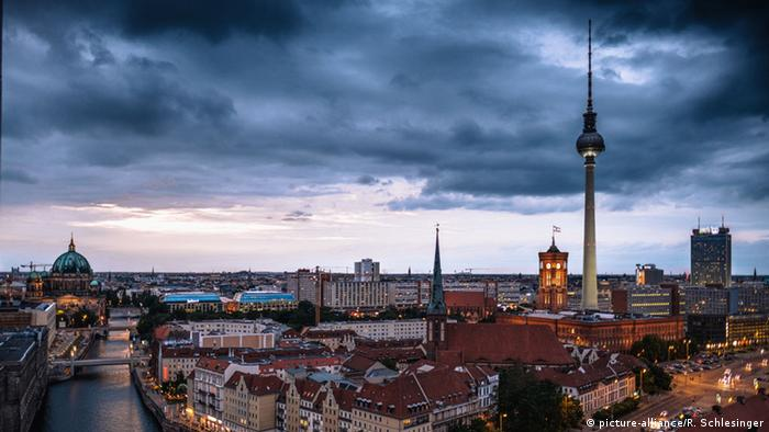 Berlin skyline at dusk (picture-alliance/R. Schlesinger)