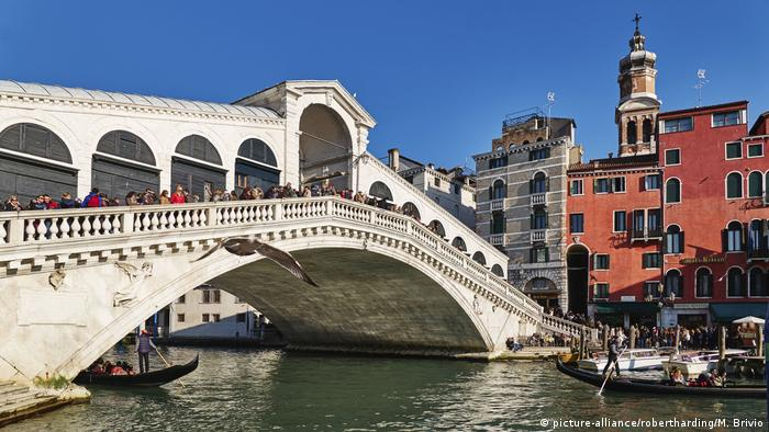 Iralien Venedig Rialto Brücke Bridge on Grand Canal. Venice, Italy (picture-alliance/robertharding/M. Brivio)