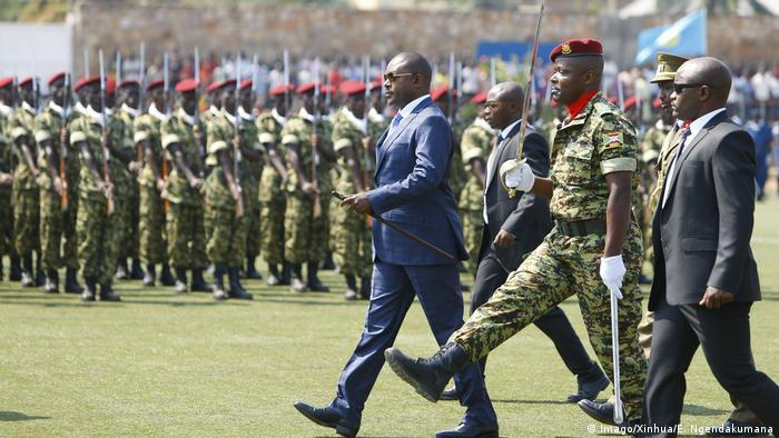 BUJUMBURA Burundi Präsident Pierre Nkurunziza 1st L Front inspects