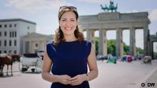 Moderatorin Sarah Willis vor dem Brandenburger Tor in Berlin