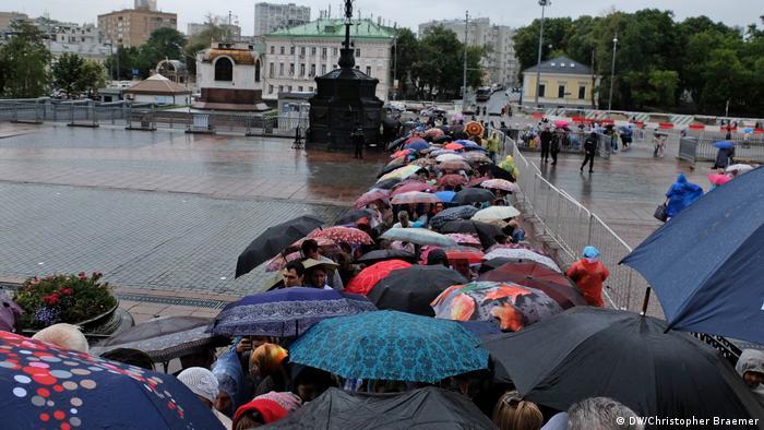 Moskau Anstehen für den 'Besuch' der Gebeine des Heiligen Nikolaus