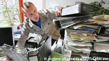 Worker looking at a crammed desk (picture-alliance/dpa/SZ /T. Lehmann)