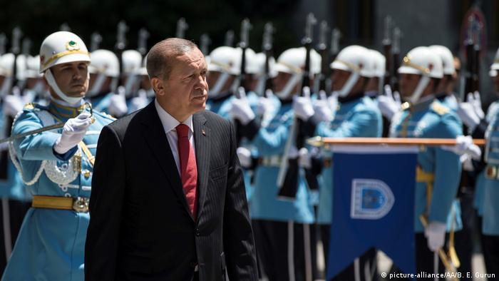 Erdogan walking past a line of soldiers for the failed coup's one year anniversary (picture-alliance/AA/B. E. Gurun)