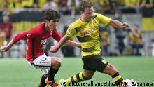 Fußball   Testspiel Urawa Reds - Borussia Dortmund   Mario Götze und Yosuke Kashiwagi