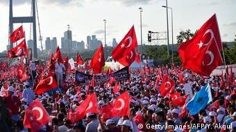 Istanbul Bosporus Brücke Jahrestag Putschversuch (Getty Images/AFP/Y. Akgul)