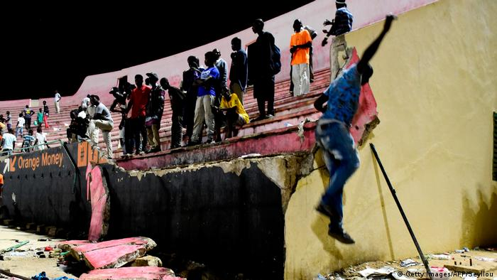 Senegal Mauer kollabiert im Demba-Diop-Stadion (Getty Images/AFP/Seyllou)