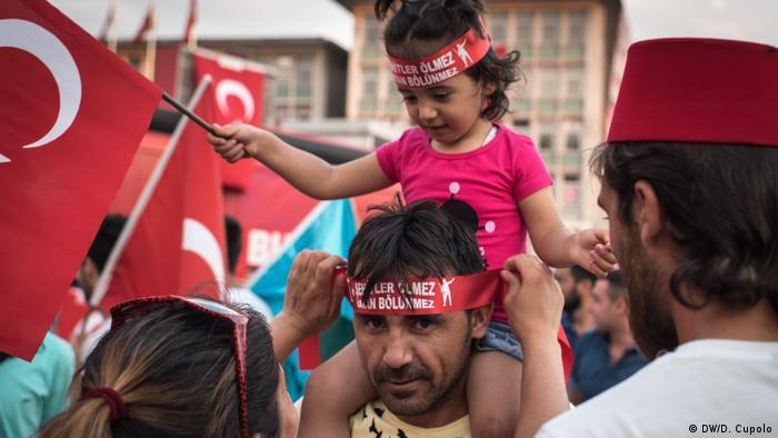 Demonstranten unterstützen Erdogan