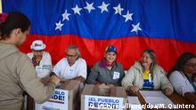 Eine Frau nimmt am 16.07.2017 in Caracas (Venezuela) an einem Referendum teil. Die venezolanische Opposition geht mit einer eigenen, inoffiziellen Volksbefragung in offene Konfrontation mit der Regierung von Staatschef Maduro. Millionen Venezolaner waren am Sonntag aufgerufen, über die umstrittene Wahl einer verfassungsgebenden Versammlung abzustimmen. Foto: Manaure Quintero/dpa   Verwendung weltweit