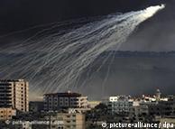Über Gaza explodiert eine Rakete (Foto: dpa)
