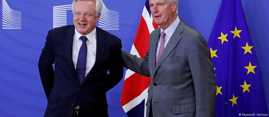 O ministro britânico para o Brexit, David Davis (esq.) e o negociador-chefe da UE, Michael Barnier