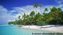 ARCHIV - Eine Frau geht am Sandstrand von Aitutaki, einer der Cook Inseln (undatiertes Archivbild). Die scheinbare Pause der globalen Erwärmung lässt sich nach einer US-Studie mit natürlichen Temperaturschwankungen im tropischen Pazifik erklären. Das schließen die beiden Klimaforscher Yu Kosaka und Shang-Ping Xie vom Scripps-Institut für Ozeanographie der Universität von Kalifornien aus ihren Simulationsrechnungen. Im britischen Fachjournal «Nature» stellen die Wissenschaftler ein angepasstes Klima-Rechenmodell vor, das die beobachtete Temperaturentwicklung gut wiedergibt. Foto: Chad Ehlers/dpa (zu dpa Studie: Kühler Pazifik bremst Klimaerwärmung am 28.08.2013) +++(c) dpa - Bildfunk+++   Verwendung weltweit