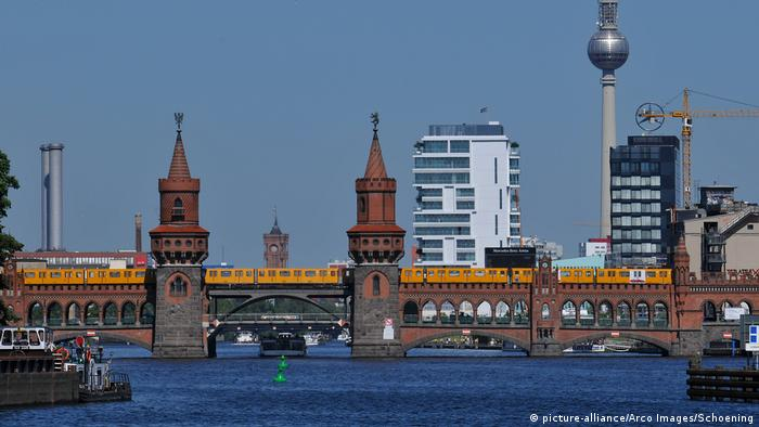 Oberbaum Bridge in Berlin (picture-alliance/Arco Images/Schoening)