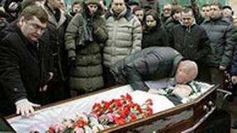 People pay their last respects during Stanislav Markelov's funeral in Moscow, Russia, Friday, Jan. 23, 2009. The Russian human-rights lawyer whose killing on a central Moscow street has spotlighted the risks faced by Russians who fight for justice was buried Friday. Rights activists have compared Monday's murder of Markelov to the 2006 slaying of investigative journalist Anna Politkovskaya. (AP Photo/Mikhail Metzel)