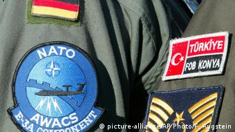 Türkei Konya Awacs Besatzung mit Abzeichen (picture-alliance/AP Photo/F. Augstein)