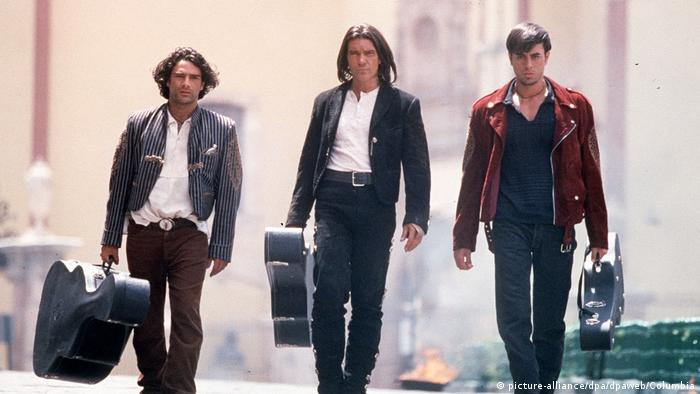 Three members of a mariachi band walking in film still from 'Once Upon a Time in Mexico' (Photo: picture-alliance/dpa/dpaweb/Columbia)