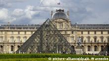 Paris, Frankreich - Louvre & Glaspyramide
