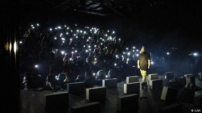 حمید صفت روی صحنه نمایش تئاتر لامبورگینی