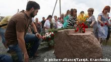 17.07.2017 *** DONETSK REGION, UKRAINE - JULY 17, 2017: People lay flowers at the monument to the victims of the Malaysia Airlines flight MH17 crash, in the village of Grabovo. The Malaysia Airlines flight MH17 from Amsterdam to Kuala Lumpur crashed on July 17, 2014 killing 283 passengers and 15 crew members on board. Alexander Kravchenko/TASS Foto: Alexander Kravchenko/TASS/dpa |