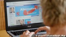 Illustration - Eine junge Frau informiert sich auf Facebook über eine politische Partei, aufgenommen am 18.04.2017 in Osterode. Foto: Frank May/picture alliance | Verwendung weltweit