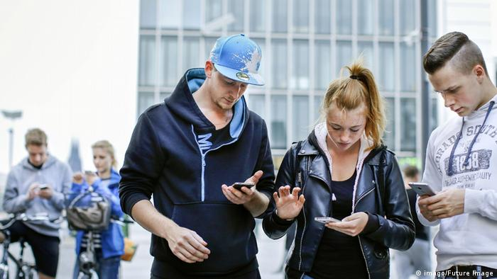 people intent on their phones (imago/Future Image)