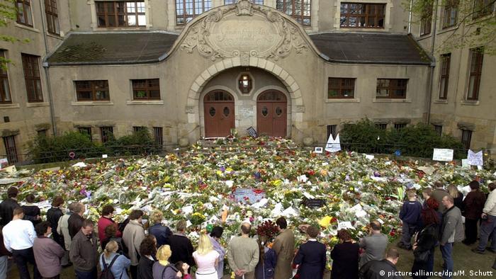Эрфурт, конец апреля 2002 года. Цветы у гимназии после кровавого нападения