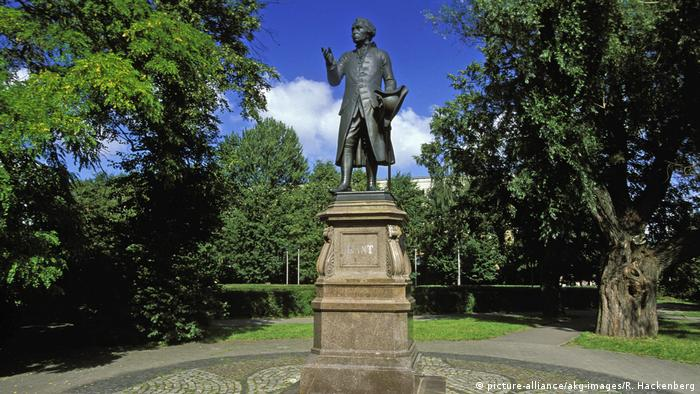 Memorial to Immanuel Kant in Kaliningrad (picture-alliance/akg-images/R. Hackenberg)