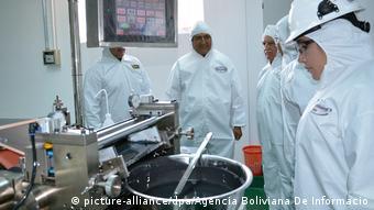 Bolivien - Lithiumgewinnung mit Boliviens Präsidenten Evo Morales (picture-alliance/dpa/Agencia Boliviana De Informacio)