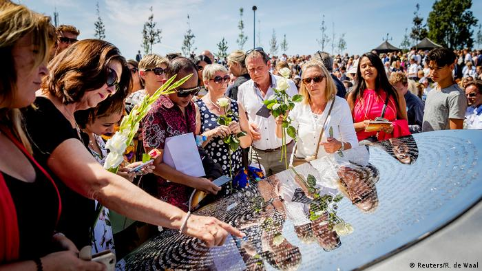 Родственники погибших в катастрофе MH17 в годовщину трагедии у памятного монумента в Нидерландах в июле 2017 года