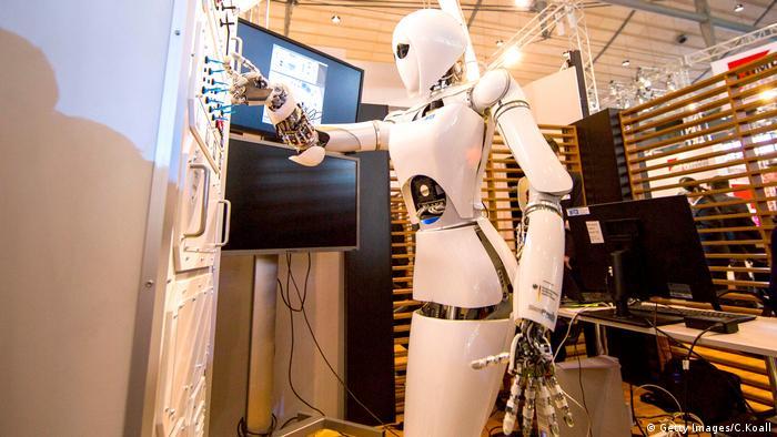 Un equipo de científicos ha desarrollado robots capaces de unirse, dividirse o, incluso, repararse a sí mismos sin perder sus funciones sensomotrices. Este trabajo nos acerca un poco más a los robots que podrán, de manera autónoma, cambiar su tamaño, forma y función, señalan los científicos. 12.09.2017