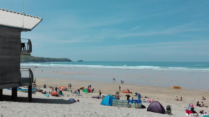 Lifeguard station and sunbathers at Fistral Beach, Newquay in Cornwall (DW/N. Martin)