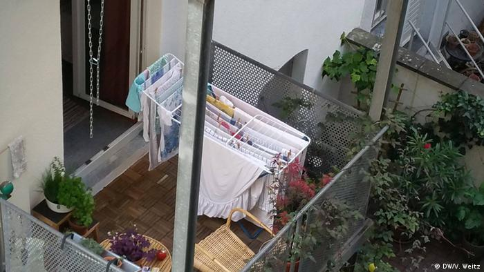 На балконі сушиться білизна